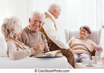 vila, vänner, äldre hemma