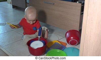 vilain, plancher, bols, enfant joue, cuisine