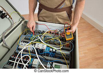villanyszerelő, átvizsgálás, egy, biztosíték doboza