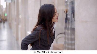 ville, achats femme, jeune, fenêtre, séduisant