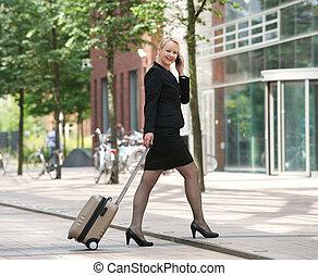 ville, affaires femme, conversation, téléphone portable, heureux