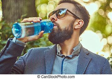 ville, barbu, séance, frais, banc, eau, park., dehors, boire, mâle, homme