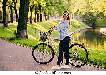 ville, brunette, vélo, park., séduisant, femme