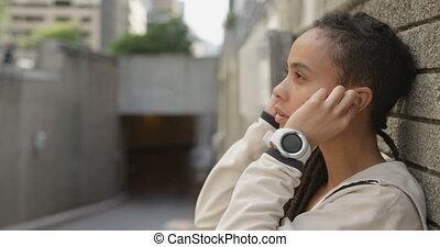 ville, côté, africaine, vue, écouteurs, américain, 4k, femme, porter, jeune