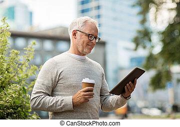 ville, café, pc tablette, homme aîné