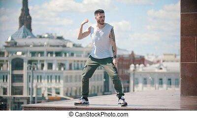 ville, centre, danse, -, jeune, stand, fond, élégant, homme