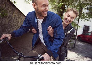 ville, couple, équitation bicyclette