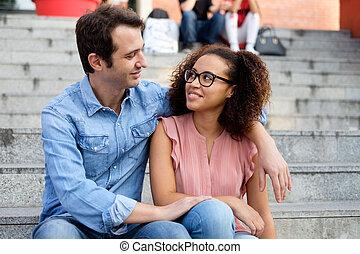 ville, couple, embrassé, romantique, interracial