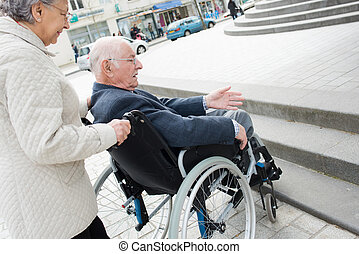 ville, couple, ennui, handicapé, en mouvement, par, personne agee, avoir, mari