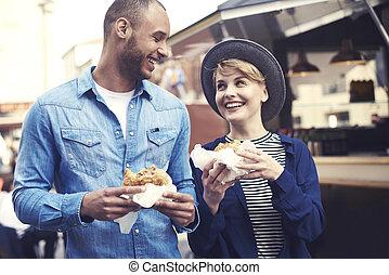 ville, couple, gai, hamburgers, essayer, mieux