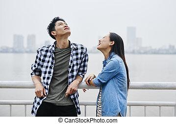 ville, couple, heureux, jeune