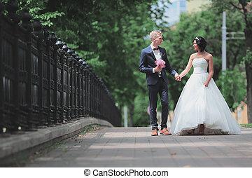 ville, couple, heureux, parc, promenade