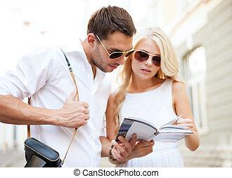 ville, couple, livre, touriste