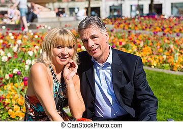 ville, couple, pendant, mûrir, printemps