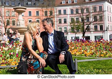 ville, couple, personne agee, pendant, printemps