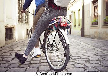 ville, couple, trottoirs, jeune, bas, équitation
