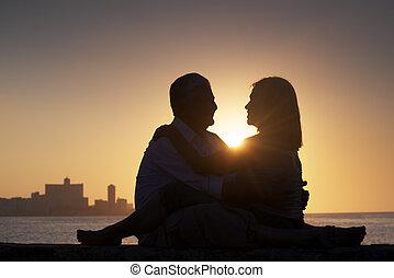 ville, cuba., femme, vieux, habana, amour, couple, lune miel, personnes agées, horizon, coucher soleil, mer, baisers, silhouette, homme