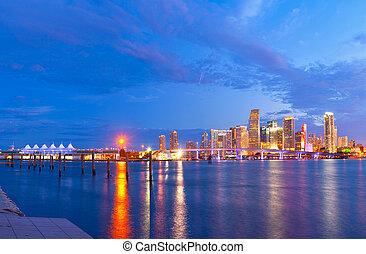 ville, de, miami, floride, été, coucher soleil, panorama, à, coloré, éclairé, business, et, résidentiel, bâtiments, et, pont, sur, biscayne aboient