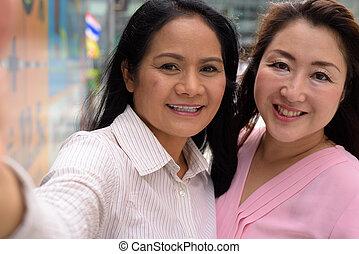 ville, dehors, deux, ensemble, bangkok, centre commercial, asiatique, femmes mûres