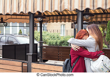ville, deux, ados, rue, femme, embrasser, café