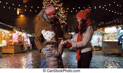 ville, famille, marché, noël heureux, cadeau