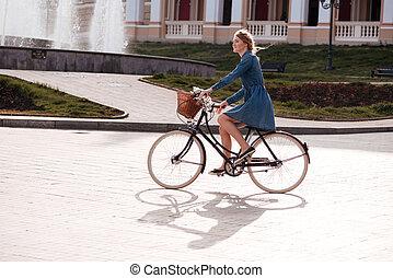 ville, femme, équitation vélo, sourire heureux