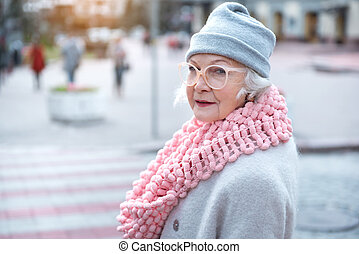 ville, femme aînée, délassant, heureux