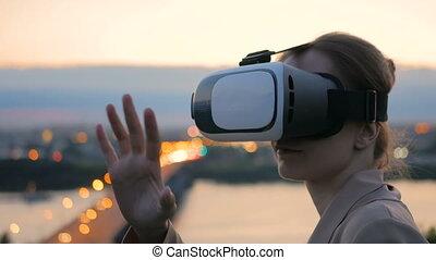 ville, femme, après, réalité virtuelle, usages, coucher soleil, lunettes