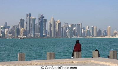 ville, femme, béton, doha, séance, coup, moderne, en ville, corniche, regarder, milieu, horizon, arabe, east., cap, broadway, brique, jour, qatar