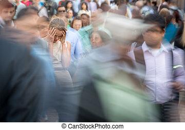 ville, femme, foule, gens, déprimé, parmi, jeune, grand, seul, sentiment