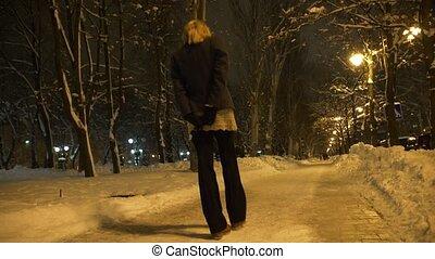 ville, femme, hiver, neigeux, lumière, sous, parc, jeune, jaune, promenade, lampe, solitaire, nuit