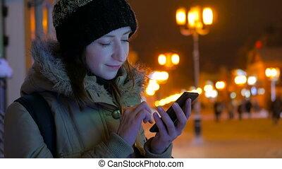 ville, femme, jeune, smartphone, joli, nuit, utilisation
