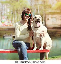 ville, femme, labrador, séance, parc, chien, ensemble, banc, dehors, propriétaire, retriever