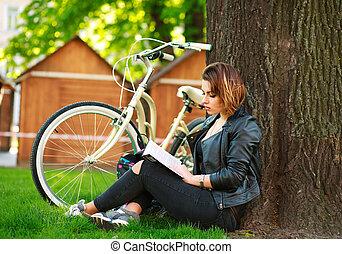ville, femme, parc bicyclette, jeune, livre, lecture, herbe