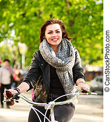 ville, femme, parc bicyclette, jeune, vert, équitation, heureux