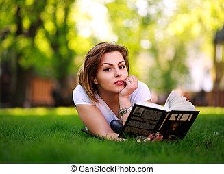 ville, femme, parc, jeune, livre, herbe verte