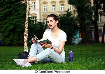 ville, femme, parc, jeune, livre, lecture étudiant