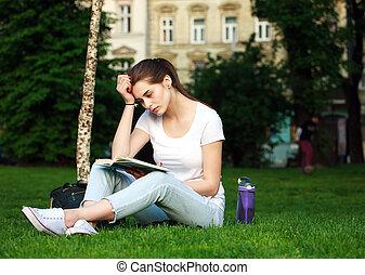 ville, femme, parc, pensif, livre, lecture étudiant