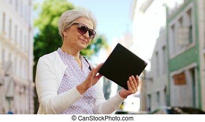 ville, femme, pc tablette, rue, personne agee