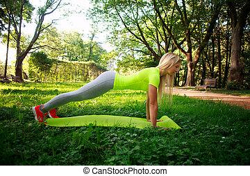 ville, femme, pousées, parc, jeune, vert, fitness, sportif