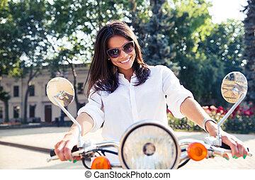 ville, femme, scooter, jeune, équitation, italien, heureux