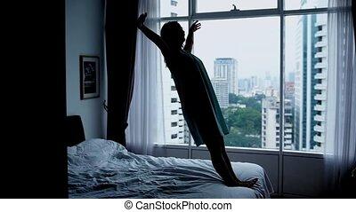 ville, femme, silhouette, motion., moderne, jeune, lit, chutes, bas, lent, fenêtre., chambre à coucher, heureux, 1920x1080, vue