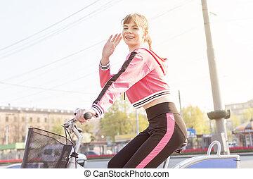 ville, femme souriante, vélo