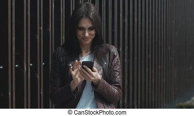 ville, femme, texting, jeune, smartphone, heureux