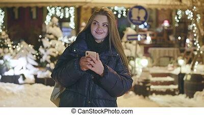 ville, femme, utilisation, mobile, rues, promenade, téléphone, nuit, pendant