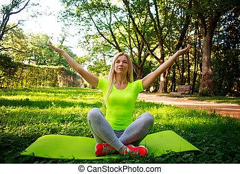 ville, femme, yoga, athlétique, parc, jeune, vert, exercices, pratiquer