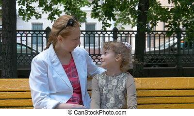 ville, fille, séance, doucement, banc, conversation, quoique, park., mère, amusement, embrace.