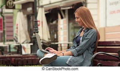 ville, fonctionnement, séance, jeune, laptop., banc, girl