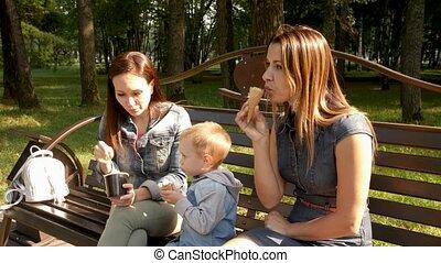 ville, homosexuel, cream., women., asseoir, parc, jeune, glace, deux, promenade, park., petites amies, couple, enfant, lesbienne, banc, manger