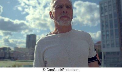 ville, jogging, vieilli, homme, confiant